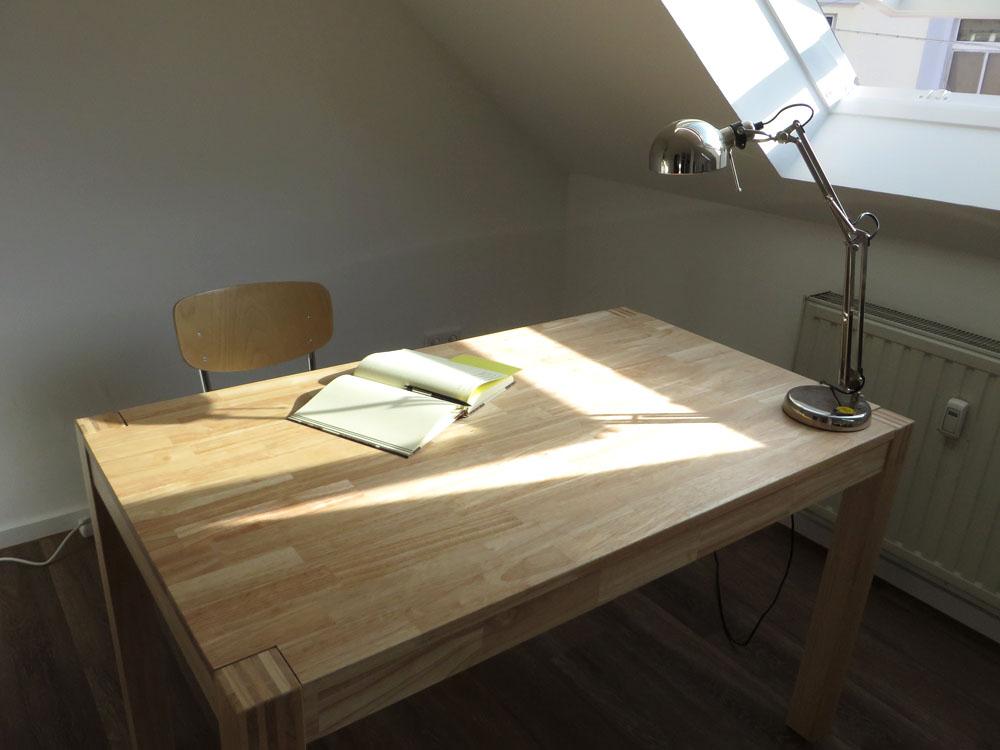 Schreibtisch mit aufgeklapptem Notizbuch