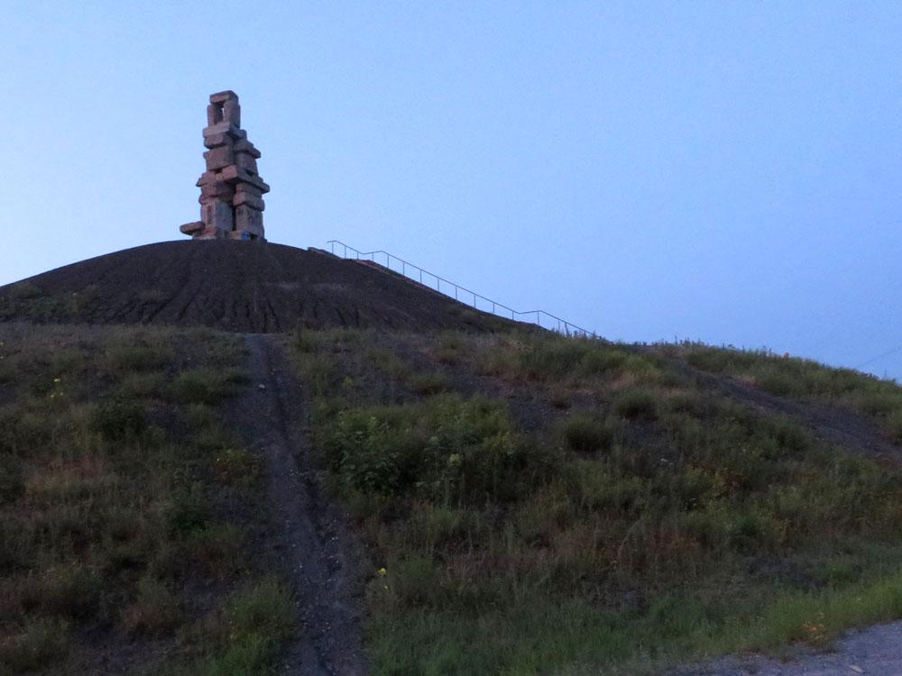 Skulptur auf der Halde Rheinelbe in der Dämmerung