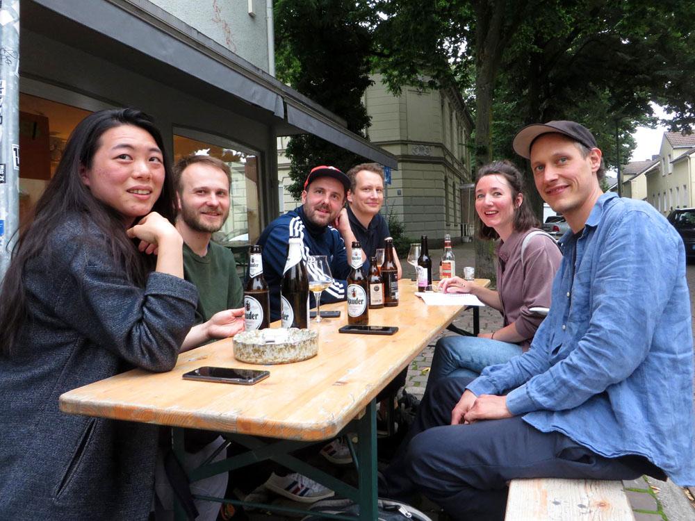 Gruppe sitzt am Tisch