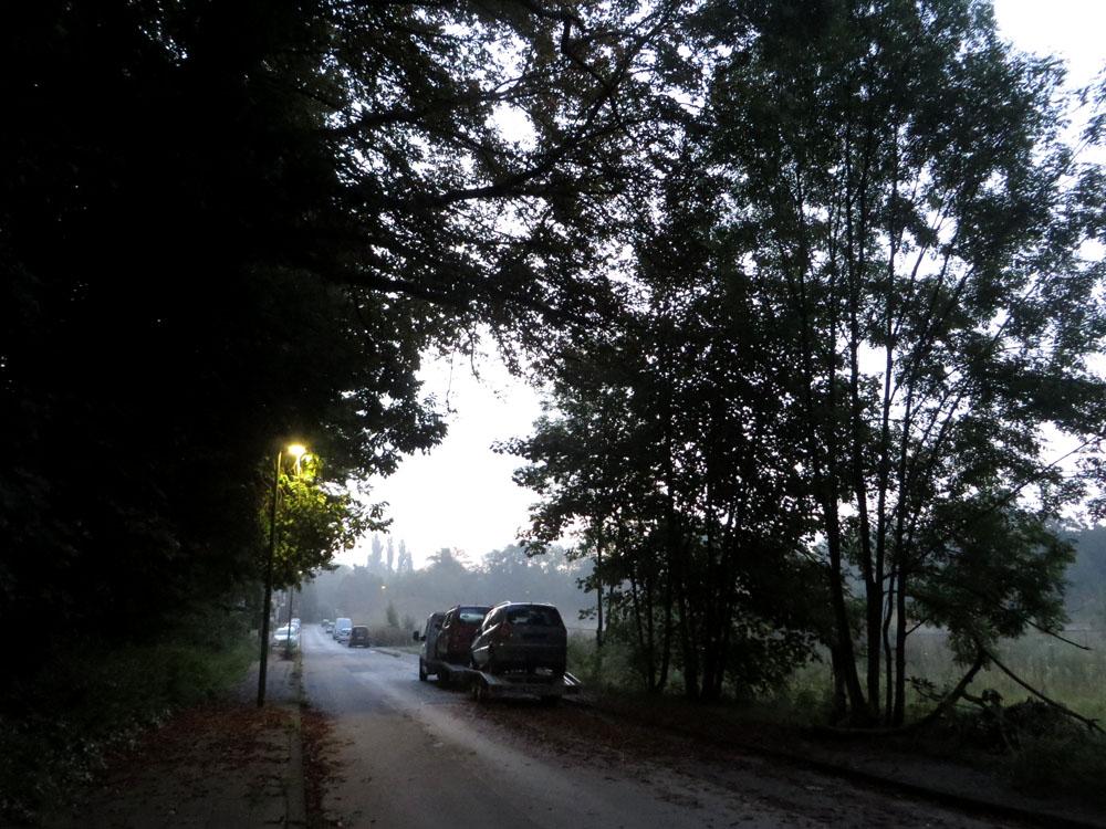 Unbelebte Straße bei Morgengrauen