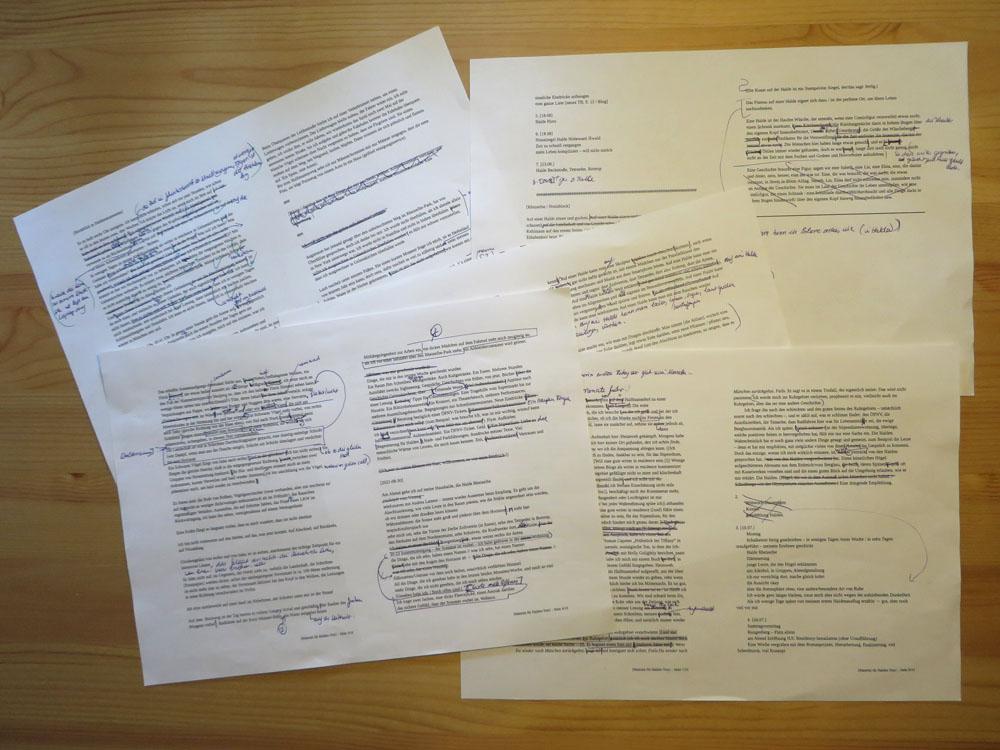 Fünf bedruckte DIN-A-4-Seiten mit handschriftlichen Überarbeitungen