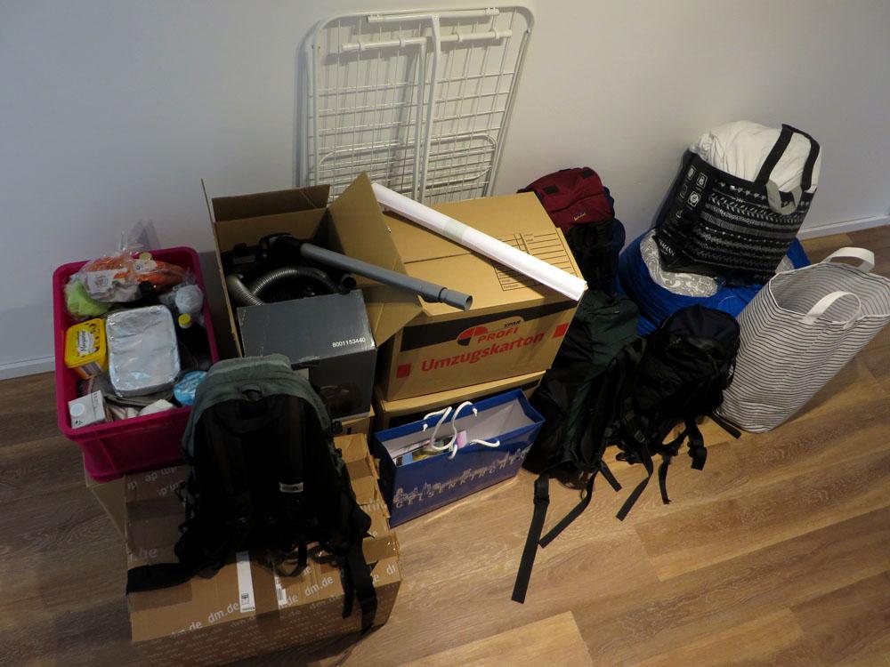 Mehrere Kisten, Rucksäcke und Tüten
