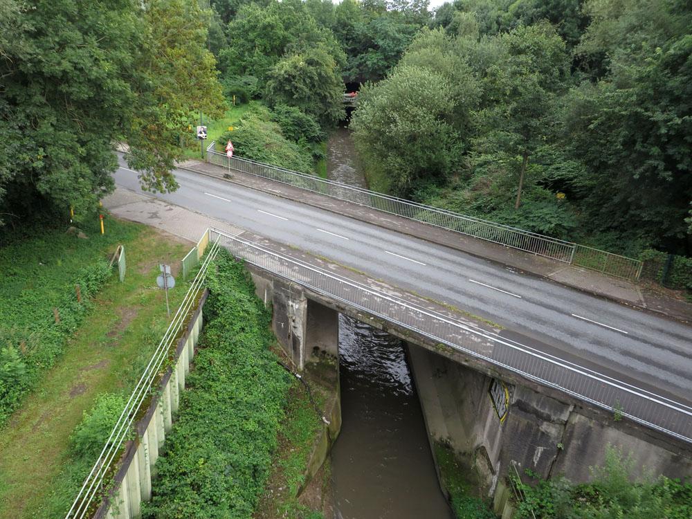 Autobrücke über Gewässer, von oben gesehen